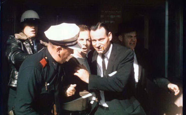 Il momento dell'arresto di Oswald