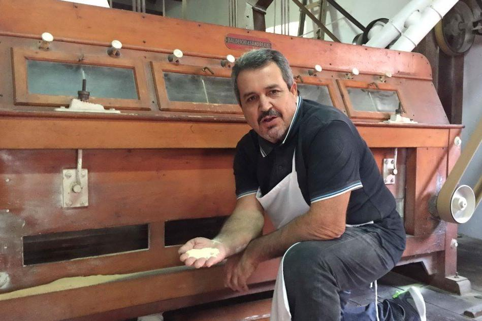 Mariano Mascia, 60 anni, titolare del mulino a pietra (L'Unione Sarda - Paone)