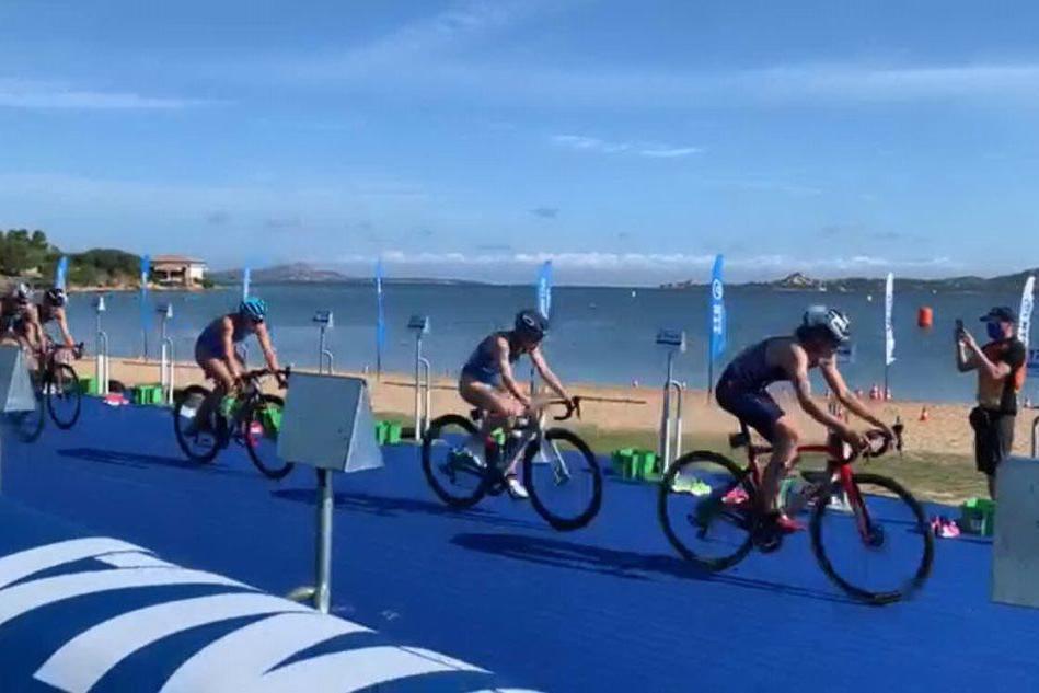 Un passaggio nella frazione ciclistica della World Cup a Cannigione (foto Nonnis)