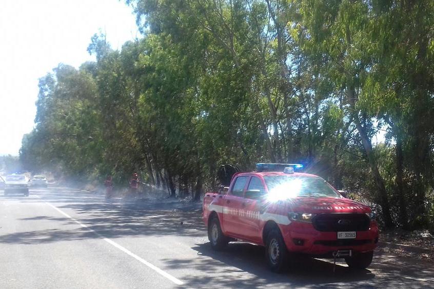 Carbonia, ancora fiamme nella zona nord della città