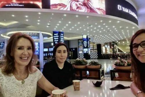 La foto comparsa su Instagram. Latifa è la donna al centro