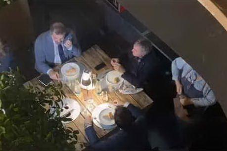 """L'osteria organizza la """"cena di gala"""" alle 5 del mattino: si presentano in 60, anche il sindaco"""