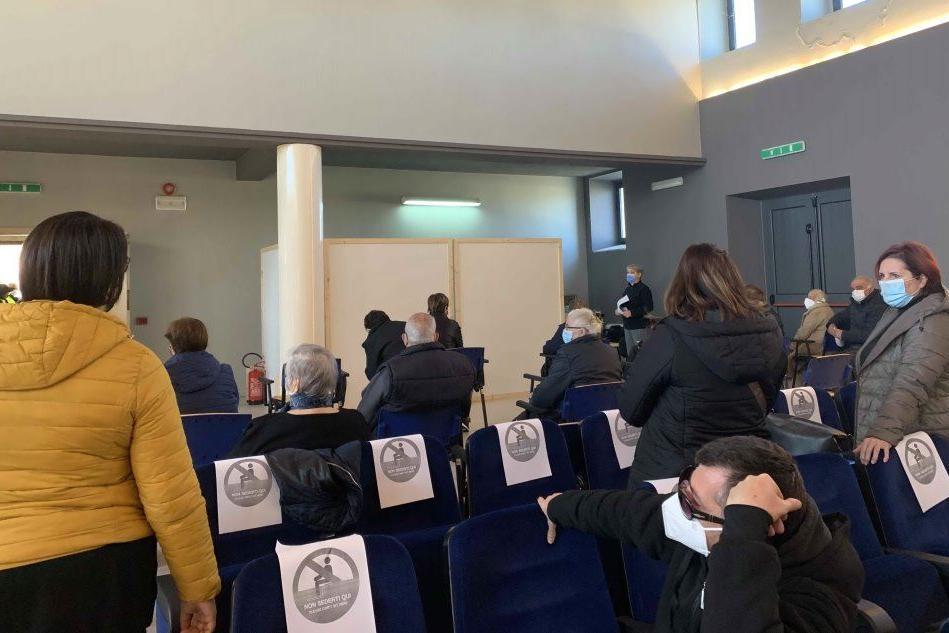 L'attesa prima di ricevere il vaccino (foto L'Unione Sarda - Pinna)