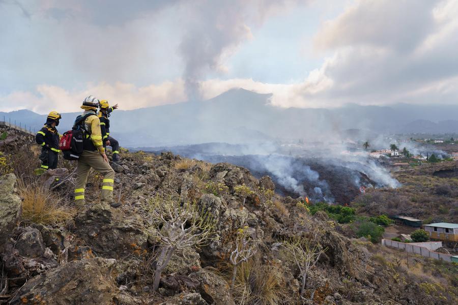 """Eruzione alle Canarie, sepoltecentinaia di edifici. La lava avanza verso l'oceano: """"Rischio emissioni di gas"""""""