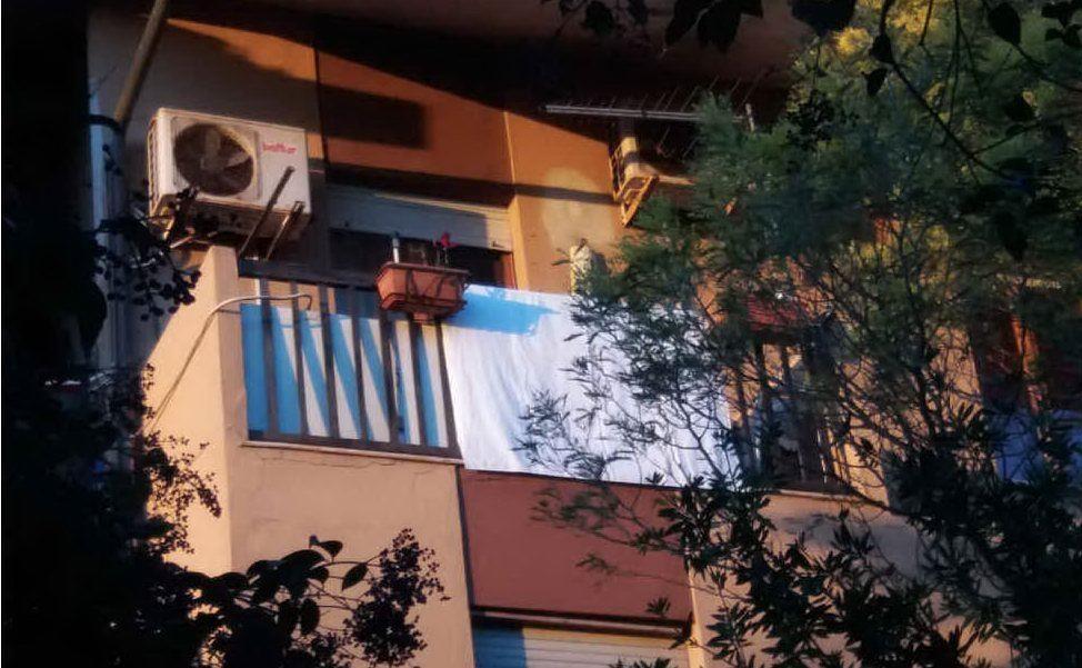 Lenzuola bianche a Serramanna sui balconi per solidarizzare con la vertenza dei pastori sardi (lettore Simone Testoni)