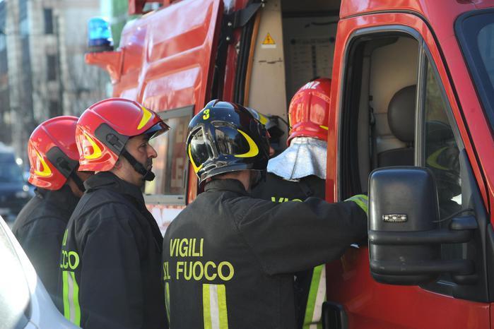 San Vito, capannone in fiamme: in cenere foraggio e mezzi agricoli