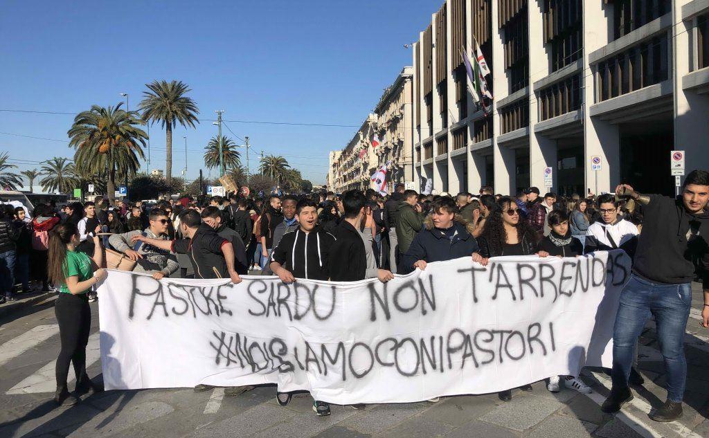 Il corteo nelle vie del capoluogo (foto Mauro Madeddu)
