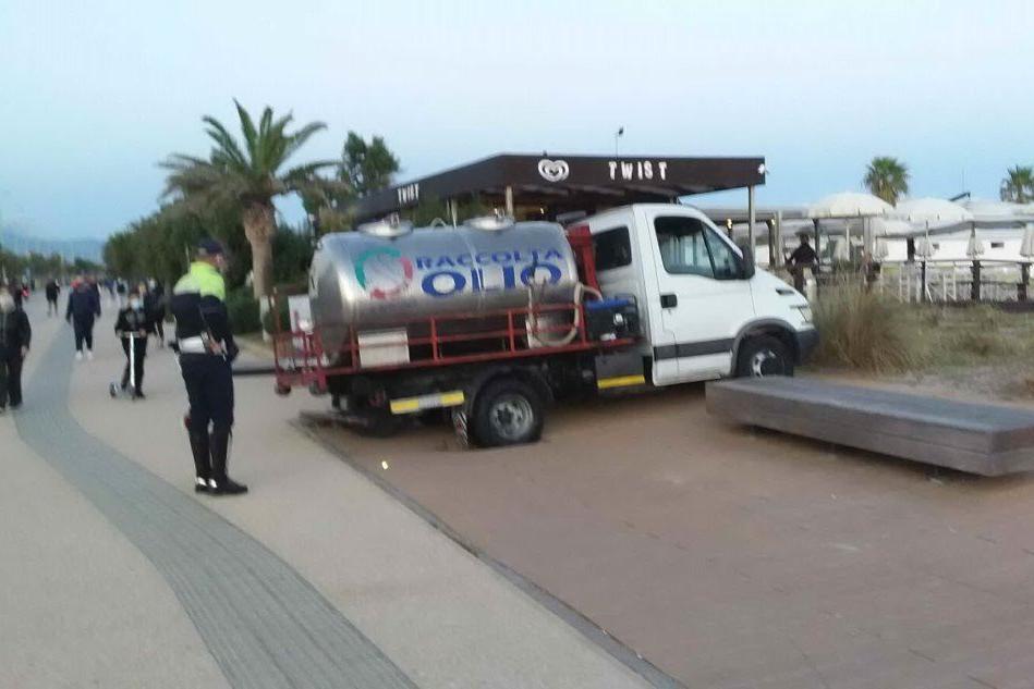 """Con il camioncino sul lungomare del Poetto: per il peso """"sprofonda"""" e resta bloccato"""