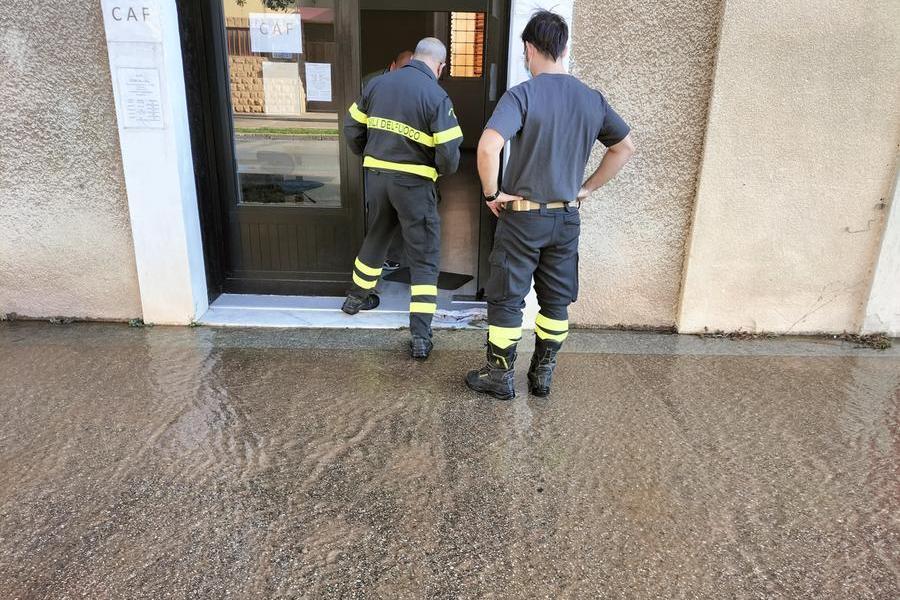 Maxi perdita idrica: a Carbonia l'acqua penetranei negozi del centro