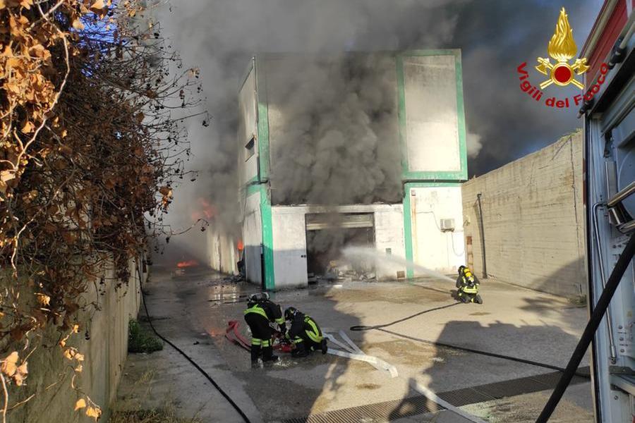Sassari, spaventoso incendio a Predda Niedda: attivitàevacuate e vigili del fuoco intossicati