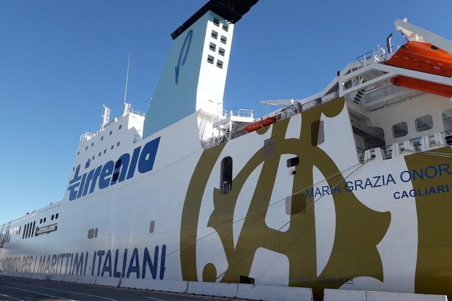 """Ruba una """"pilotina"""" in porto e urta il traghetto diretto a Cagliari: fermato a 13 miglia dalla costa"""