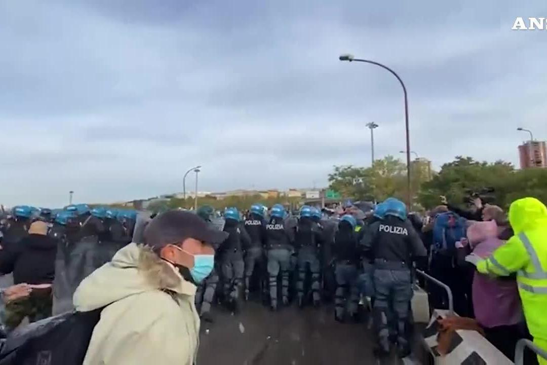 Sgombero al porto di Trieste: la polizia avanza e usa gli idranti