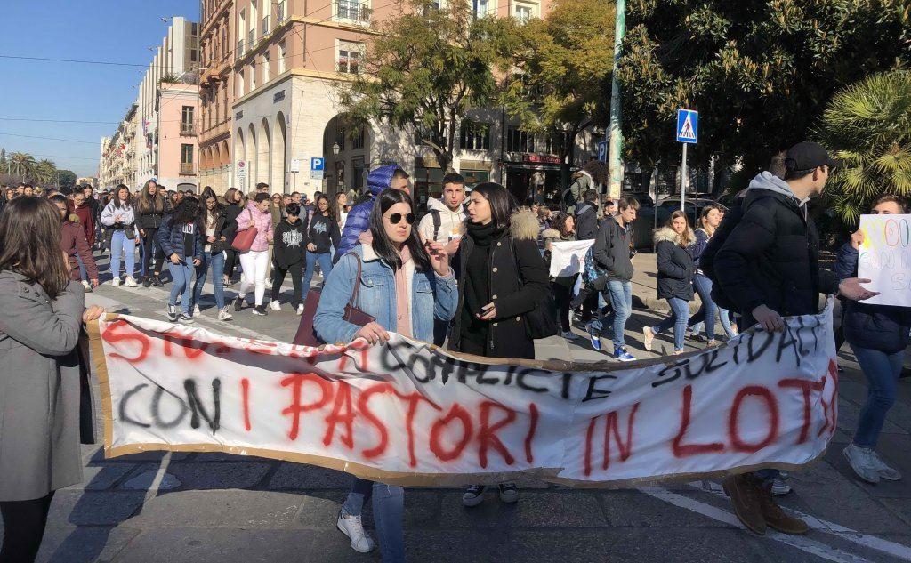 Il corteo in via Roma (foto L'Unione Sarda - Mauro Madeddu)