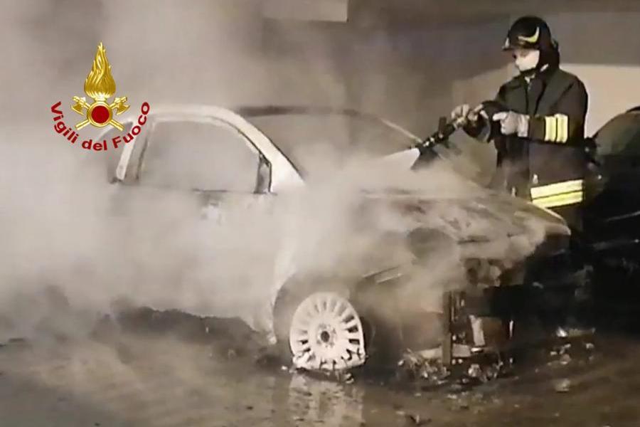 Cagliari, fiamme nel parcheggio di un condominio: i Vigili del fuoco evitano il peggio