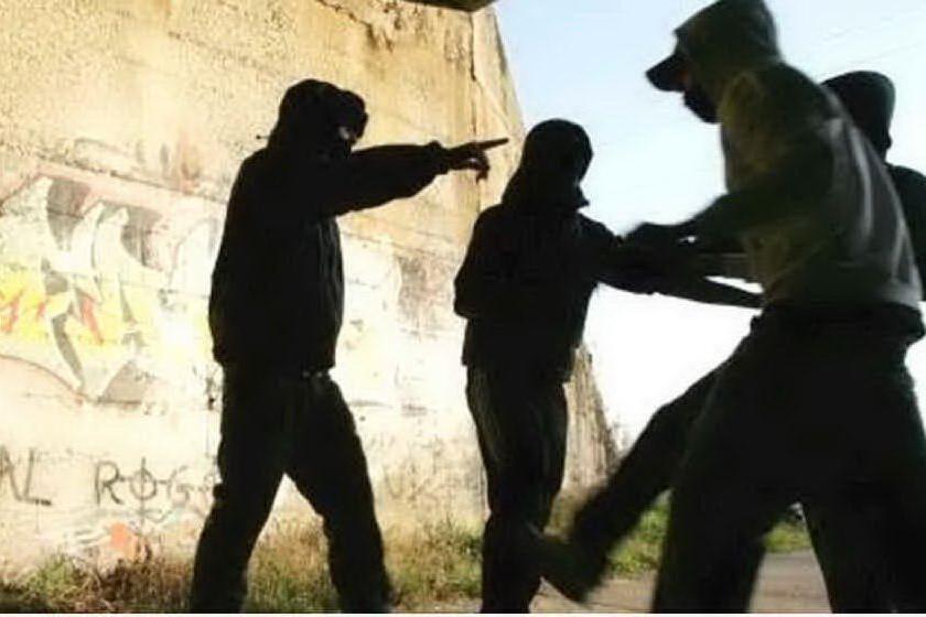 Rapinano e sequestrano dei coetanei, in manette tre ragazzi