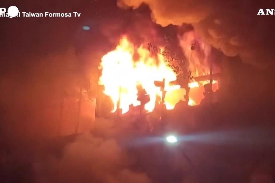 Grattacielo in fiamme a Taiwan: almeno 46 morti