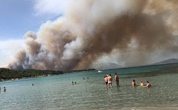 L'incendio a Tortolì, bagnanti in spiaggia (foto Chiara Agus)