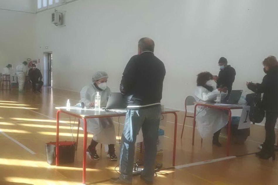 Lo screening nella palestra della scuola (foto Lecca)