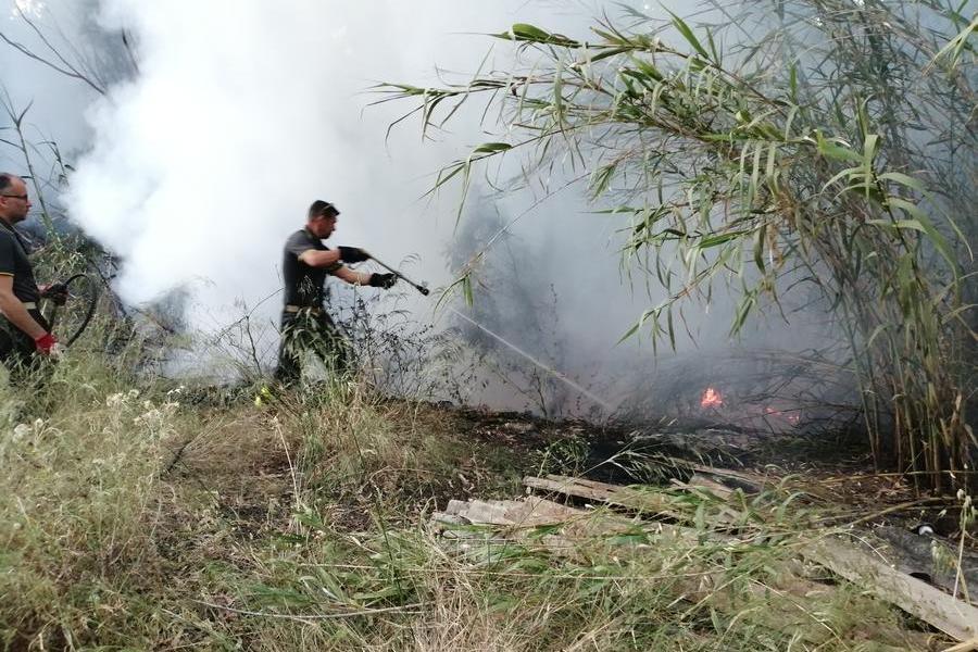 Carbonia, incendiari in azione: fiamme vicino al campo rom