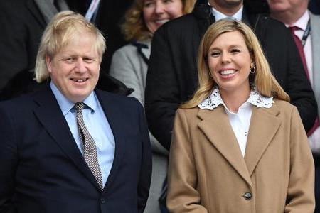 Il premier britannico Boris Johnson e la moglie Carrie (Ansa-Epa)