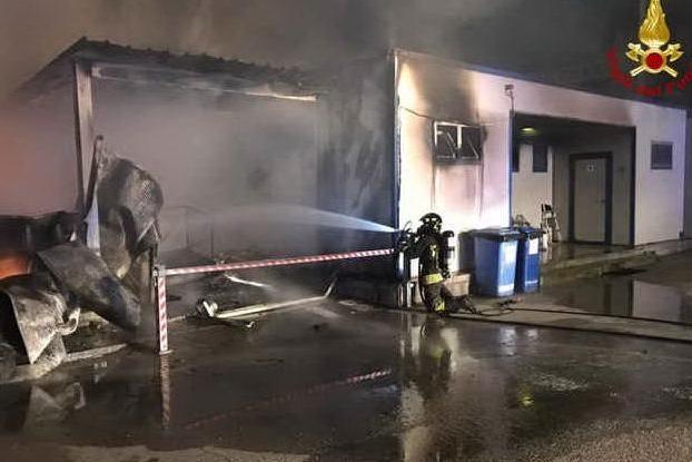 Ancona, incendio al porto nella notte: distrutti alcuni capannoni