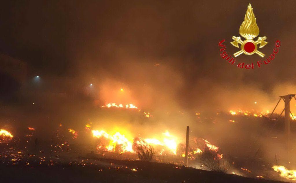 I roghi hanno colpito anche la zona di Bosa (foto Vvf)