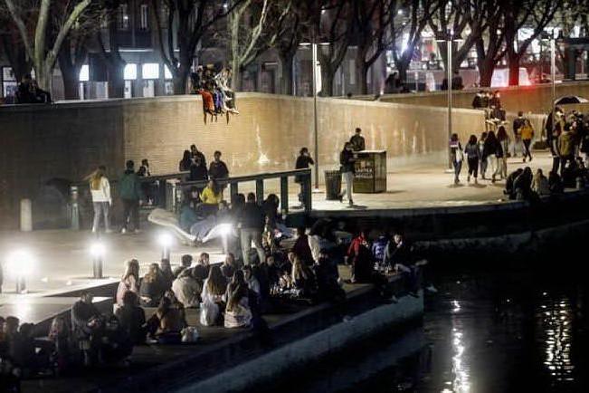 Milano saluta la zona gialla con un rave party in Darsena