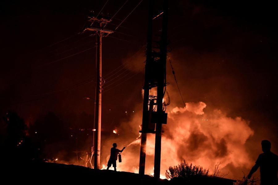 La lotta contro il fuoco alle porte di Atene (Ansa-Epa)