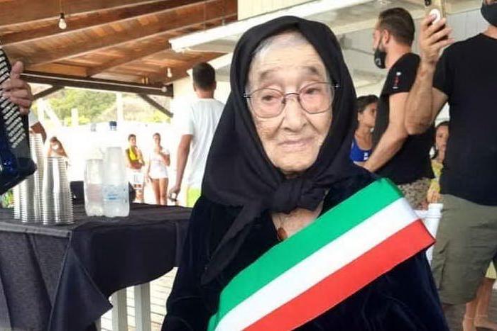 Castiadas, nonna Elvira festeggia 102 anni in riva al mare