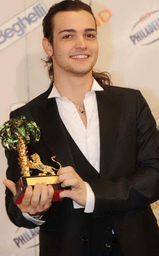 Il cantante maddalenino mostra il premio