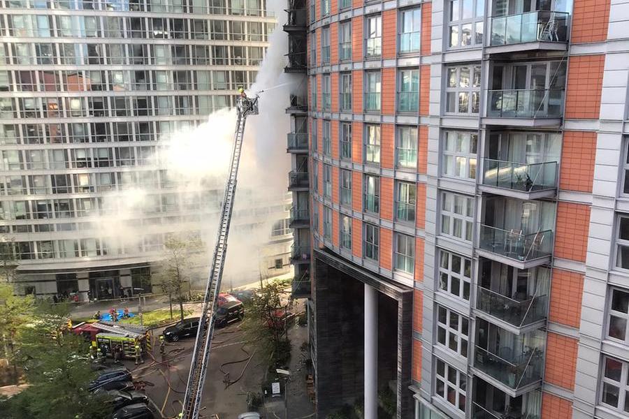 Maxi incendio in un palazzo diLondra:100 pompieri impegnati