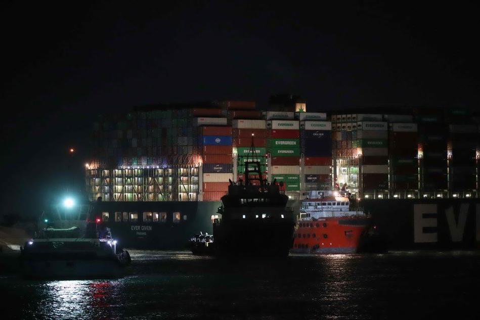 """Suez ancora bloccato: centinaia di navi in attesa. Via all'alleggerimento del """"gigante"""" incagliato"""