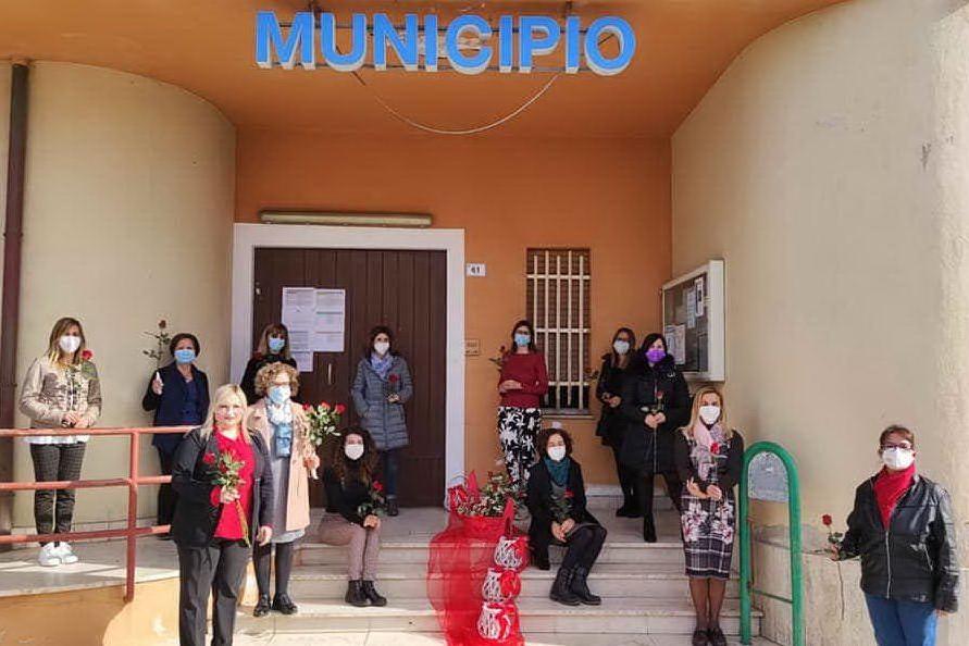 Maracalagonis, rose rosse per le dipendenti del municipio