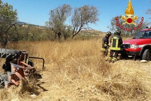Trattore si ribalta in campagna: agricoltore muore a Baressa