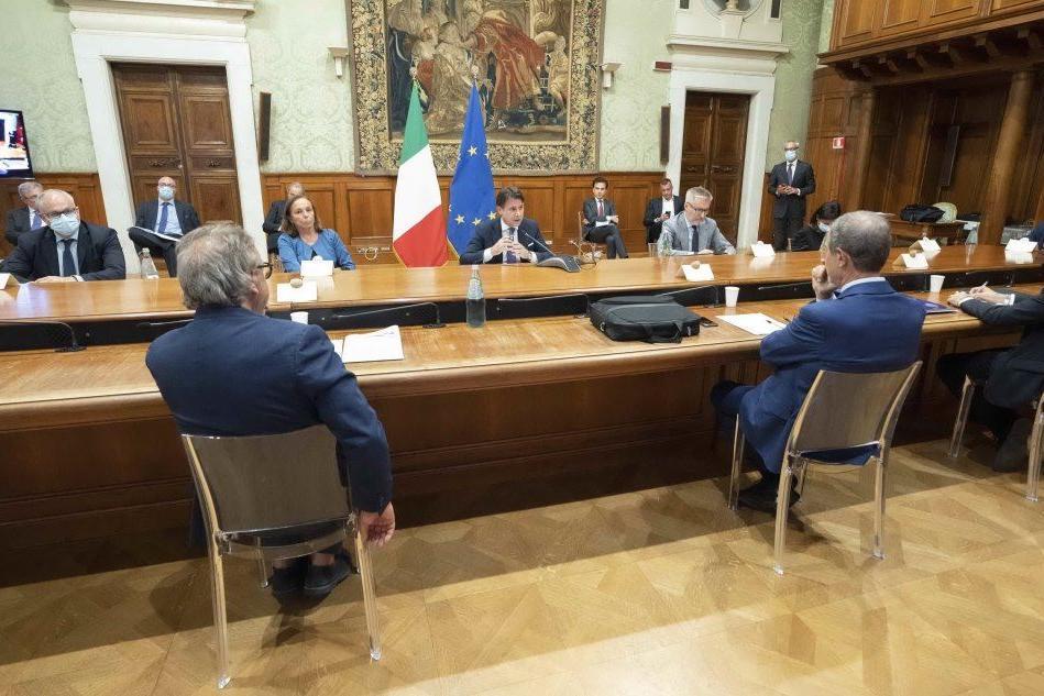 Conte con Martello (a sinistra) e Musumeci (Ansa - Palazzo Chigi)