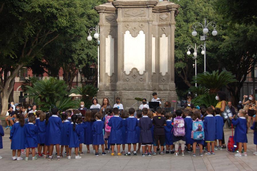 """Primo giorno di scuola per i piccoli alunni della """"Satta"""": cerimonia in piazza del Carmine"""