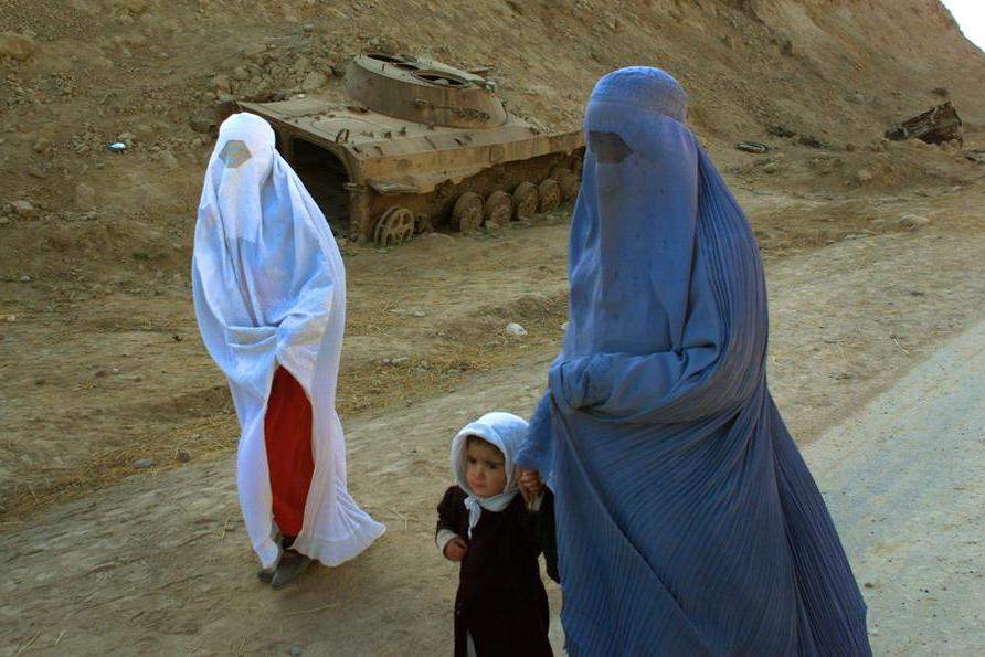 Come i talebani cancellano le donne: la lunga lista di divieti imposta in Afghanistan