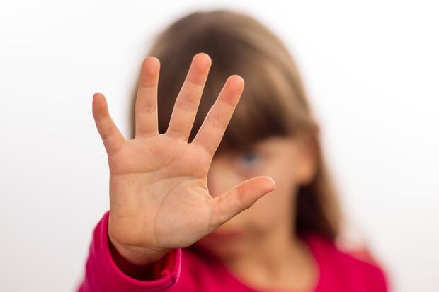 """Abusi e botte ai figli della compagna. Lei sapeva ma taceva """"per non rovinare la famiglia"""""""