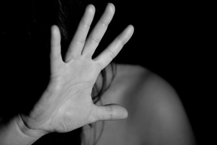 Sequestra la ex moglie in un hotel e la violenta ripetutamente, in cella 37enne
