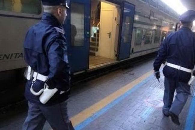 Migranti picchiati da agenti Polfer sul treno, aperta inchiesta sul video di Striscia la Notizia