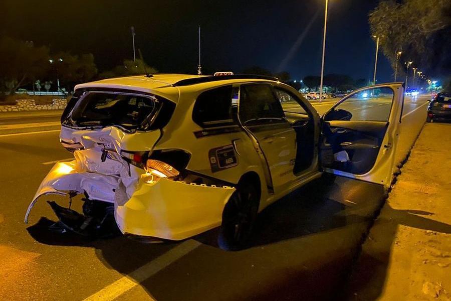 Il taxi danneggiato (Foto concessa)