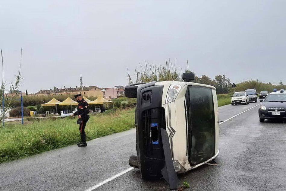 Furgone si ribalta lungo la circonvallazione nell'Oristanese, un ferito