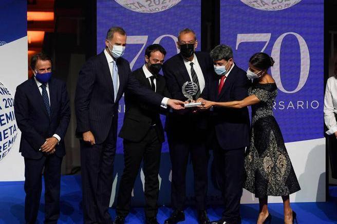 """La """"Elena Ferrante"""" spagnola vince il ricco premio letterario: a ritirarlo si presentano tre uomini"""