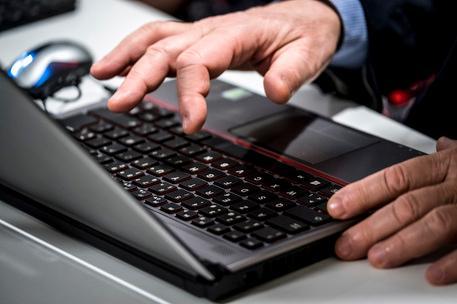 Sottrae le credenziali dell'internet banking e acquista capi griffati in rete: 58enne denunciato a Villacidro