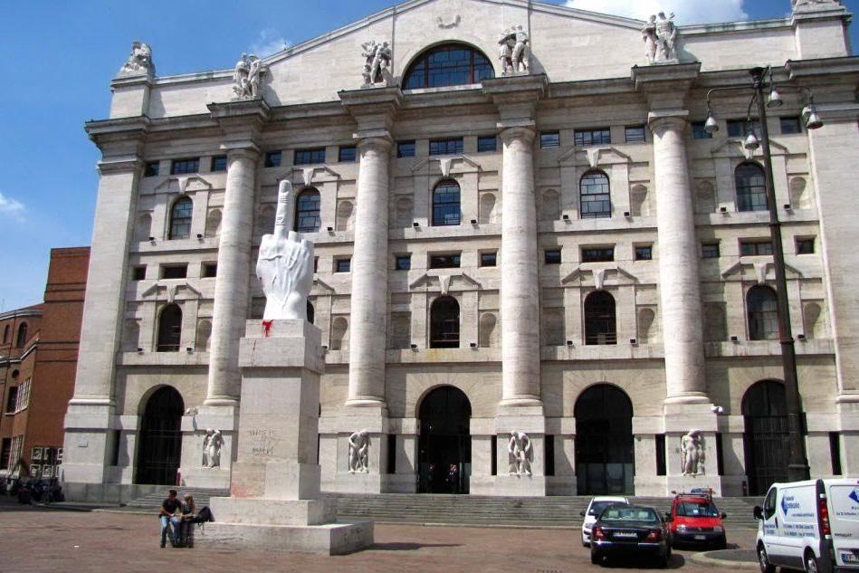 Borse: Milano crolla e perde due punti, lo spread sale a quota 240