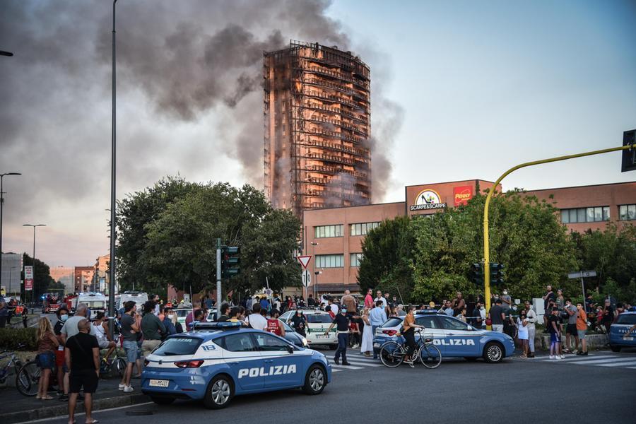 Grattacielo in fiamme, tra le ipotesi un cortocircuito al 15esimo piano
