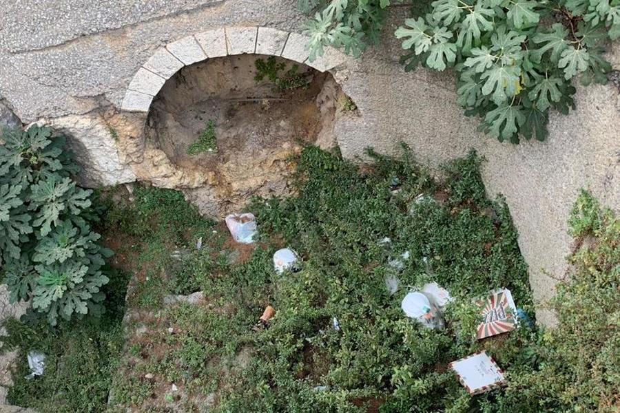 """Cagliari, la necropoli romana ridotta a una discarica: """"A breve una bonifica"""""""