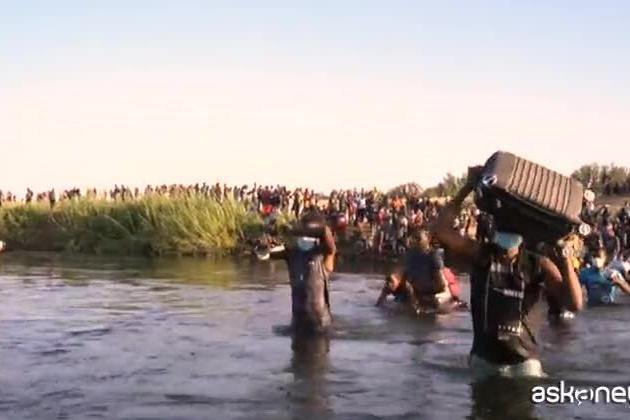 """Frustati al confine col Messico dagli agenti Usa: """"Scene orribili"""""""