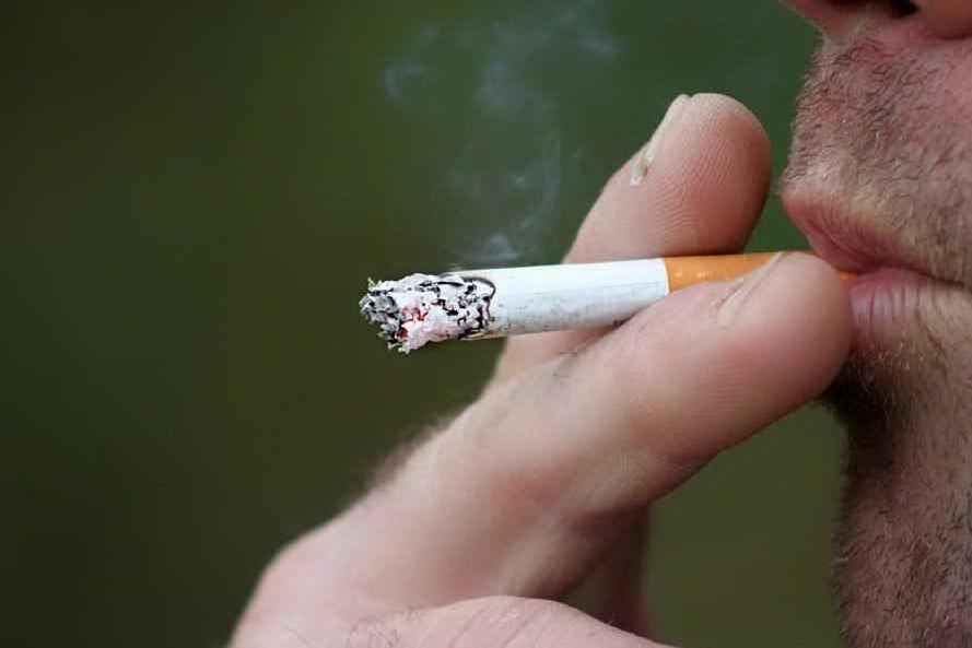 Misure anti-contagio, a Sassari vietato togliersi la mascherina per fumare