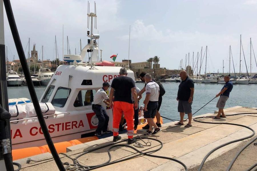 I soccorsi (foto Guardia Costiera di Alghero)